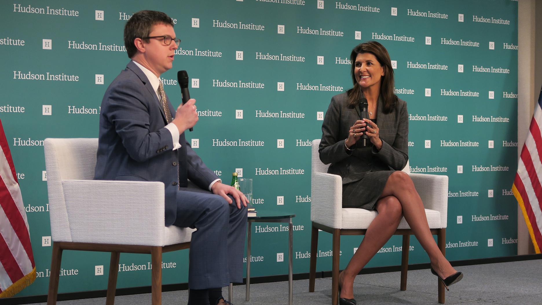 美国前驻联合国大使尼基·黑利(Nikki Haley)与主持人彼得罗(Peter Rogh)。(自由亚洲电台记者唐家婕华盛顿摄)