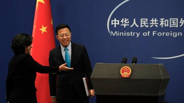 中国外交部发言人赵立坚(右)在推特上称,在武汉导致疫病的新冠病毒可能是由美国军人带去的。(美联社)