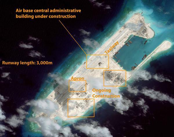 """图片:美国智库""""战略与国际研究中心""""(CSIS)日前发布卫星图片显示,中国在南海主权争议岛屿永署礁上建设的飞机跑道已接近完工。(CSIS Twitter)"""