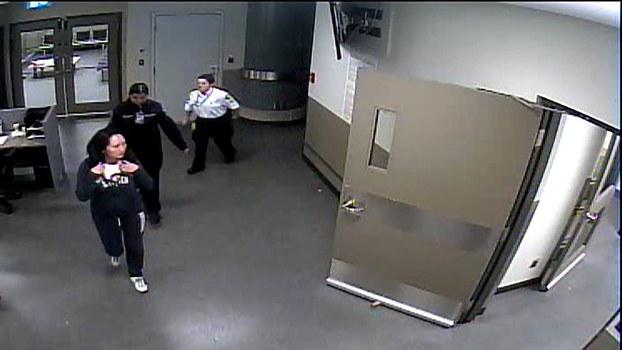 孟晚舟(左)在温哥华国际机场被捕当天的影像。(路透社)
