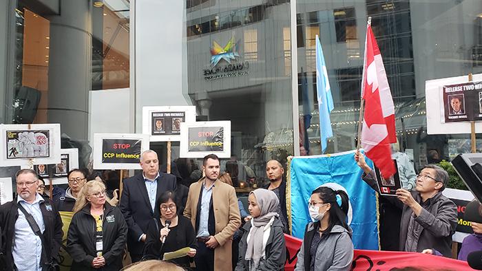 资料图片:2019年9月25日,民众在温哥华市中心举标语呼口号反对中国介入加拿大国内政治。(记者柳飞)