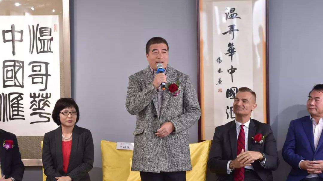 原荣祥 (中) 主办的活动中,中领馆官员(左二)和国会议员(右二)等政要都参加。 (网络图片)