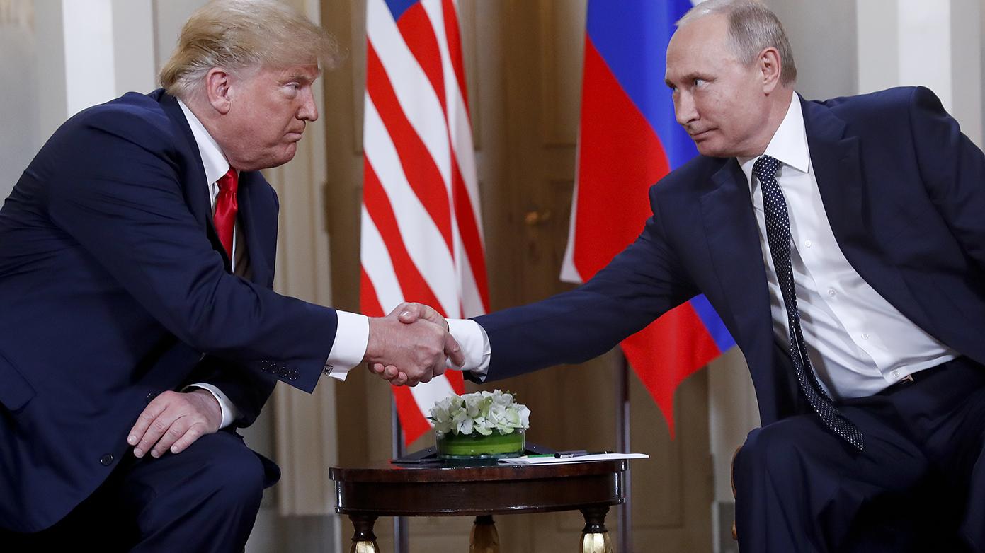 美国总统特朗普(左)和俄罗斯总统普京在芬兰举行会晤。(美联社)