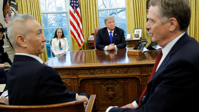 美国总统特朗普会见中国副总理刘鹤(左)。(路透社)
