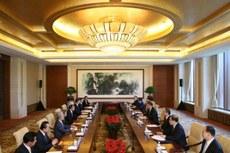日本自民党干事长二阶俊博16号上午在北京与中国国家主席习近平举行会谈。(南州提供)
