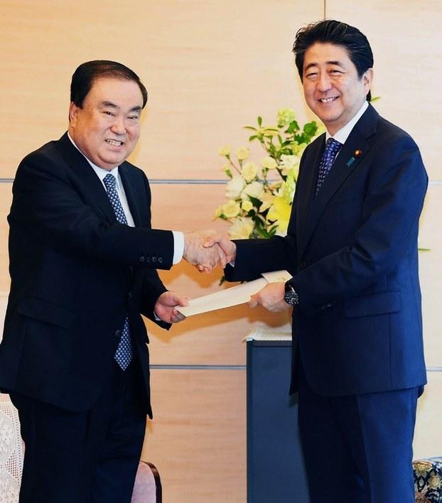 日本首相安倍晋三18上午号在首相官邸与韩国总统文在寅的对日事务特使、韩国国会议员文喜相举行了会谈。(南洲提供)