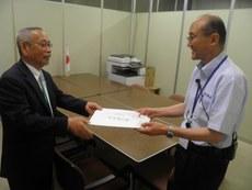 牧野提交给日本首相安倍晋三亲笔信。(南洲摄影)