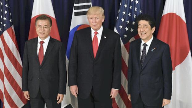 日本首相安倍晋三在德国汉堡当地时间6号晚与美国总统特朗普、韩国总统文在寅在二十国集团首脑峰会之前举行了日美韩首脑会谈。(南洲提供)