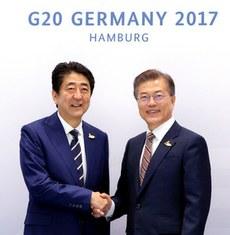 安倍与文在寅7号首次举行了日韩首脑会谈。(南洲提供)