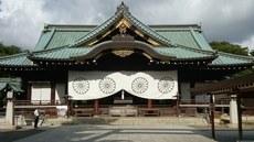 """8月15号是日本""""终战纪念日"""",包括首相安倍在内的19名内阁成员均没有去参拜靖国神社,创下了执政的日本自民党自1980年以来首次的""""零""""记录。因此使得整个内阁相隔37年出现了内阁成员的""""零参拜""""。(南洲提供)"""