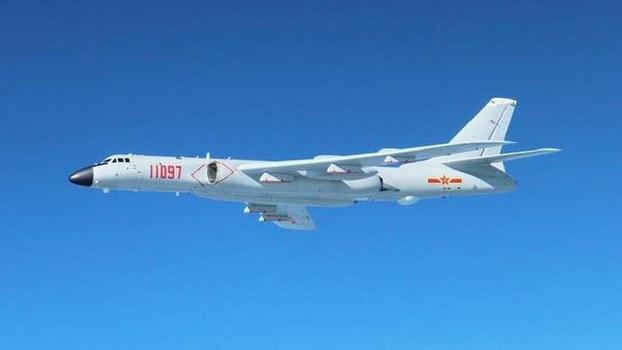 日本防卫省24号发布消息称,中国6架轰炸机经过冲绳本岛与宫古岛之间,飞至大阪南部的纪伊半岛近海上空,日本航空自卫队战斗机紧急升空应对。(南洲提供)