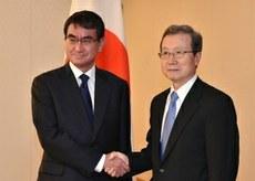 日本外相河野太郎25号在日本外务省与中国驻日大使程永华举行会谈。(南洲提供)