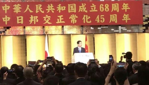 日本首相安倍晋三28号出席了中国驻日本大使馆在东京新大谷饭店举办的庆祝中国国庆暨中日邦交正常化45周年的活动。安倍致词称,日中韩三国首脑会议年底前将在日本举行,我们欢迎李克强总理访问日本。接下来轮到我访问中国,之后希望中国国家主席习近平访日。(南洲提供)