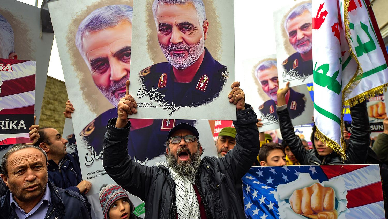2020年1月5日,在美国驻伊拉克大使馆外的示威活动中,抗议者举着伊朗苏莱曼尼将军画像。(法新社)
