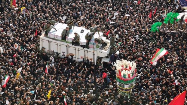 2020年1月4日,在伊朗的玛瑟赫德市,苏莱曼尼和其他人的棺材被抬上了卡车。(法新社)