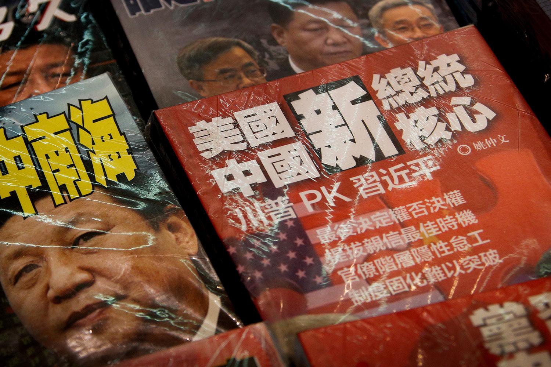2019年7月4日,在香港的路边书摊上的杂志封面显示,中国国家主席习近平PK美国总统特朗普,贸易战和中南海。(美联社)