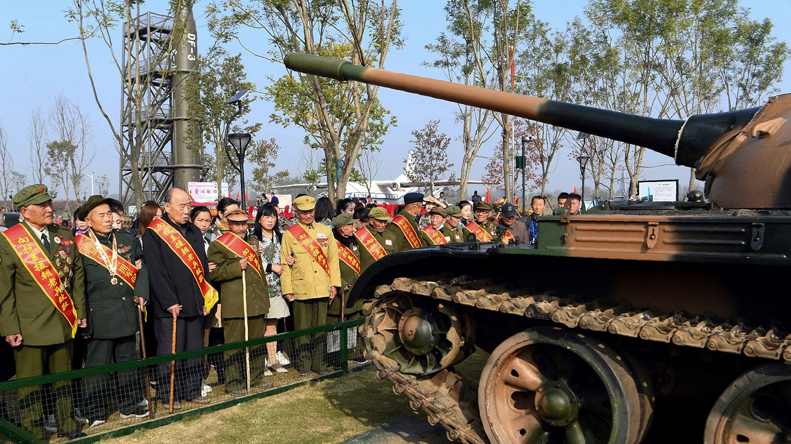 图为,2020年10月19日,一群参加1950-53年朝鲜战争的中国退伍军人,在安徽省亳州市的国防教育基地举行纪念朝鲜战争70周年活动。(法新社)