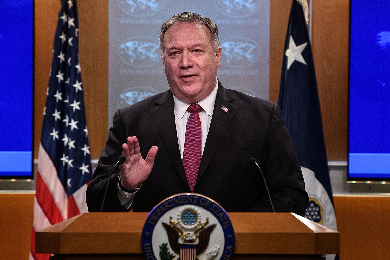 """美国国务院本周三宣布将六家中国媒体机构列入""""外国使团""""名单。图为,2020年10月21日,美国国务卿卿蓬佩奥在国务院新闻发布会上发表讲话。(AFP)"""