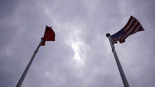 图为美中两国国旗(路透社图片)