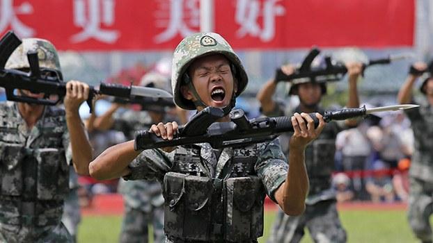 2019年6月29日,解放军驻港部队士兵在香港展示军事技能。(美联社)