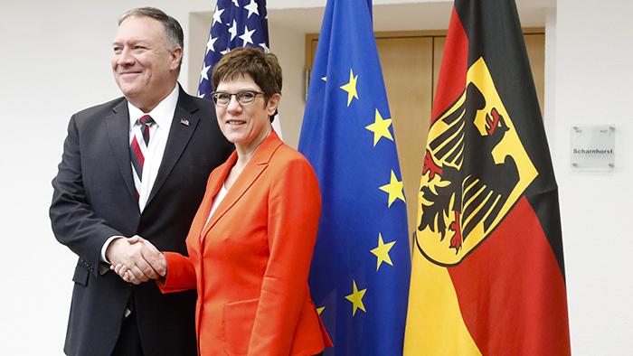 """2019年11月8日,美国国务卿蓬佩奥(左)在柏林会见德国外交部长。蓬佩奥警告中共不要成为另外一个""""东德""""。(美联社)"""