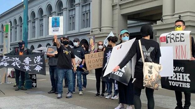 """2020年10月23日上午,""""香港人会馆""""与""""香港人在三藩市""""成员及支持香港抗争的人士聚集在旧金山渡轮大厦前示威。(孙诚拍摄)"""