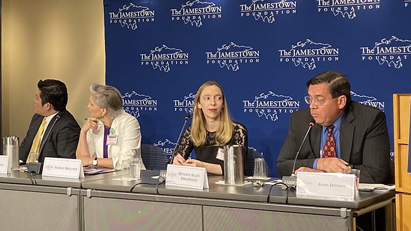 美国知名记者贝书颖(Bethany Allen-Ebrahimian)(右二)在研讨会上讲话(记者王允摄影)