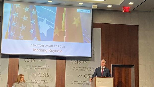 """美国华盛顿智库战略与国际研究中心2019年12月4日举办""""中国势力""""辩论会。美国联邦参议员戴维·珀杜(David Perdue)发表主题演讲。(记者王允摄影)"""
