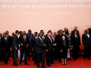 中非合作论坛北京峰会上习近平和非洲各国领导人列队入场准备合影。(Reuters)