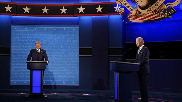 资料图片:2020年美国总统选举候选人特朗普(左)与拜登参加9月29日举办的首场电视辩论(美联社)