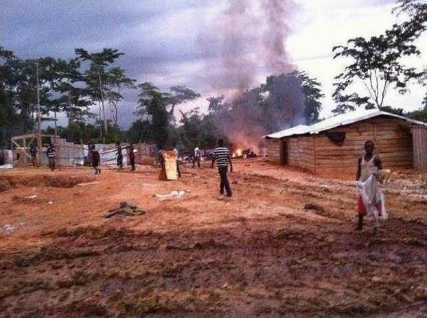 图片: 加纳军警暴力抓捕淘金者,烧毁中国公民的工棚及设备。 (中国茉莉花革命网)