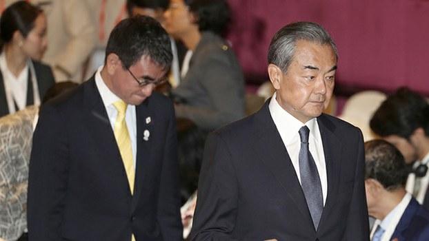 中国外交部长王毅(右)与日本外相河野太郎2019年8月2日在泰国曼谷参加东盟外长会议。中日两国将恢复战略对话。(美联社)