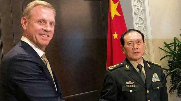 资料图片:时任美国代理防长的沙纳汉(Patrick Shanahan/图左)与中国防长魏凤和在第18届香格里拉对话(The Shangri-La Dialogue)会面。美中印太博弈进入全新模式。(AP)