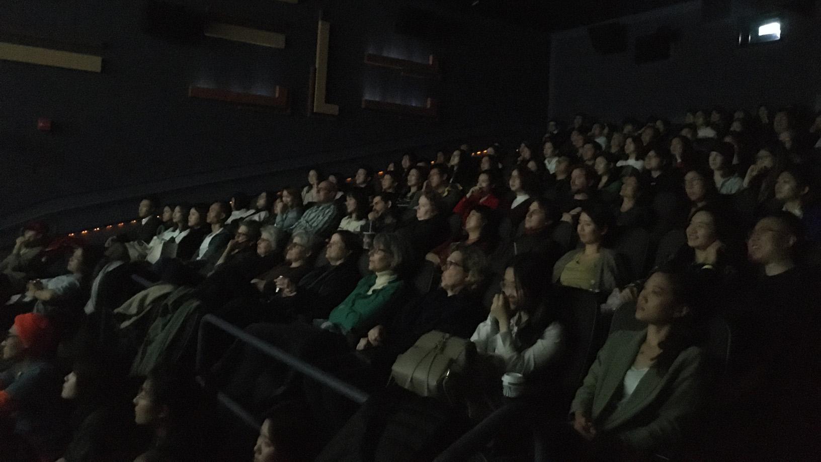 """""""华语女性电影回顾展""""开幕影片《送我上青云》的放映会现场几乎座无虚席。(薛小山)"""