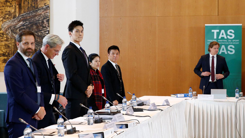 2019年11月15日,孙杨(左三)在瑞士出席国际体育仲裁法庭听证会。(路透社)