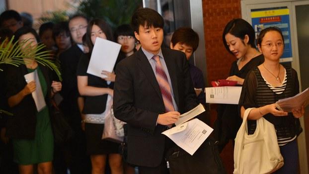 中国有调查显示,今年以来有多达80万留学生要回国求职,比往年大幅增加7成,加重了中国就业市场压力。(法新社资料图片)