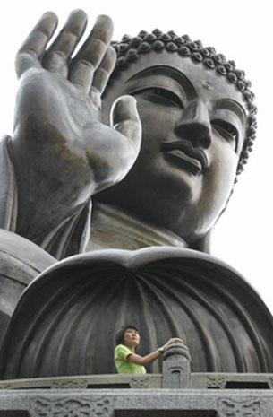 游客在大佛像前合影(AFP PHOTO)