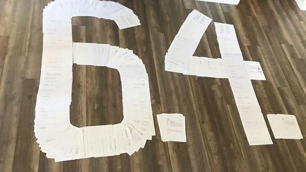 """""""维基真相""""小组这对父子中的儿子近期把他们编辑前后打印出的维基词条摆成了""""64""""图案,希望更多的中国年轻人去了解六四事件。(受访人Ben提供)"""