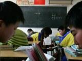 一个中国农村的小学生正在学习。(美联社)