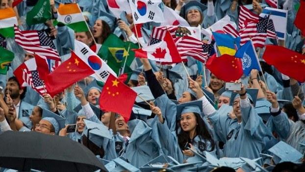 在美国参加毕业典礼的各国留学生(Public Domain)