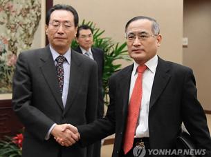 图片:六方会谈韩中代表团长魏圣洛和武大伟。(韩联社)