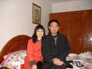 图片:刘贤斌和妻子陈明先。(网络资源/特约记者乔龙提供)
