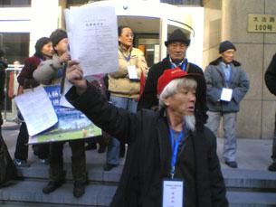 图片:周三在上海大沽路100号市政大厦前讨还房产的访民(志愿者提供/记者丁小)