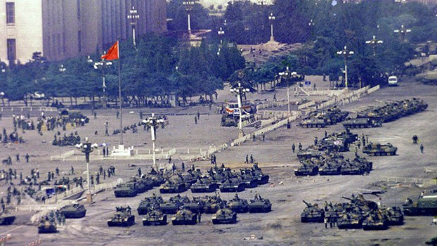 资料图片:1989年6月5日集中在北京街头的中国军队坦克(美联社)