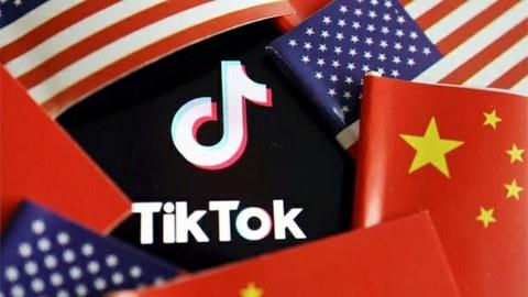 美中两国国旗与抖音标志(路透社)