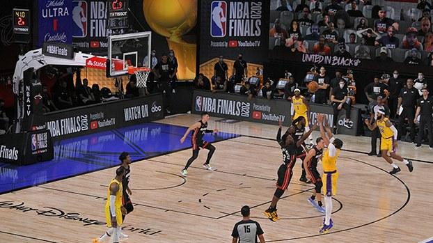 2020年10月5日进行的美国职业篮球联赛(NBA)的一场决赛。中国官方媒体央视将于10月10日恢复播出NBA比赛。(美联社)
