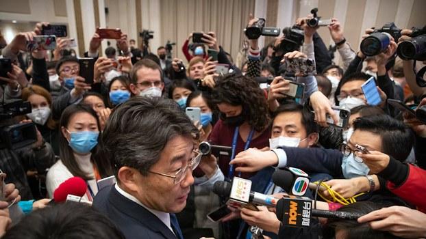 资料图片:官方媒体记者采访中国疾控中心负责人(美联社)