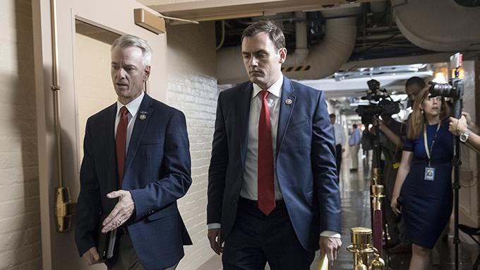 美国联邦众议员加拉格尔(Mike Gallagher)(右)(美联社)
