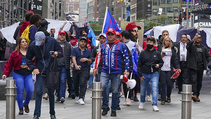 2020年10月25日,部分民众在美国纽约街头参加总统大选的竞选活动。(美联社)