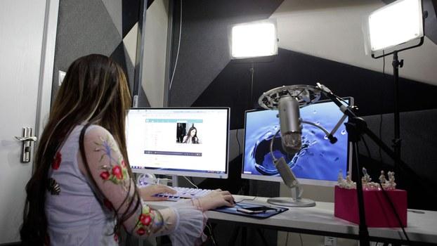 资料图片:一名网络表演者在上海一家互联网广播工作室播出了直播画面。(美联社)